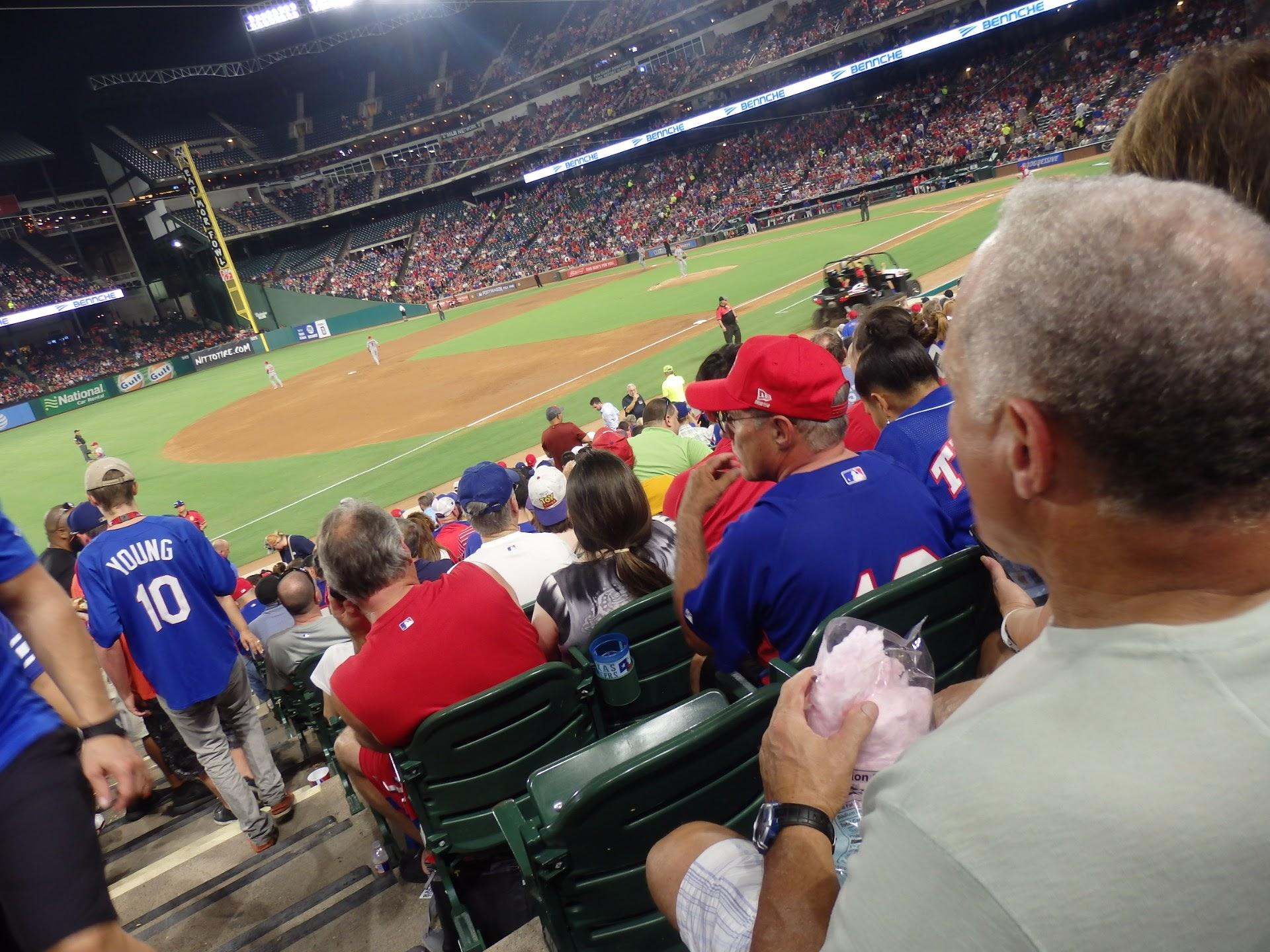 綿あめを手に野球を見るバンプ